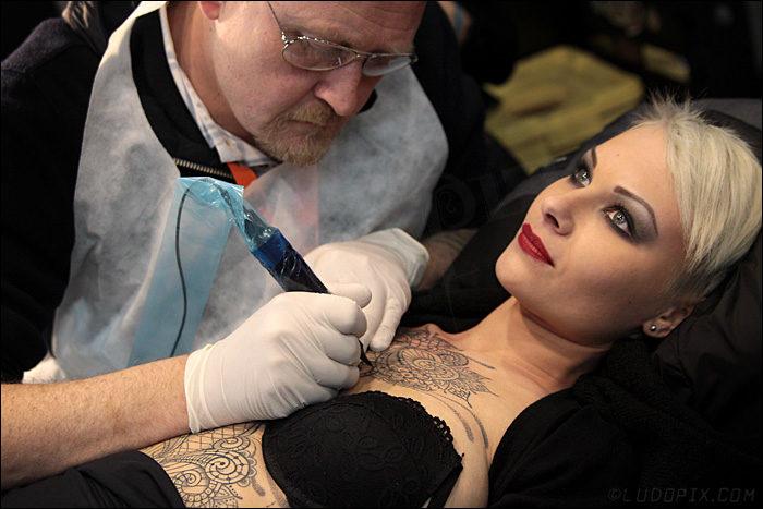 """Tatuaggi e piercing: """"Prima la sicurezza, poi l'arte"""""""